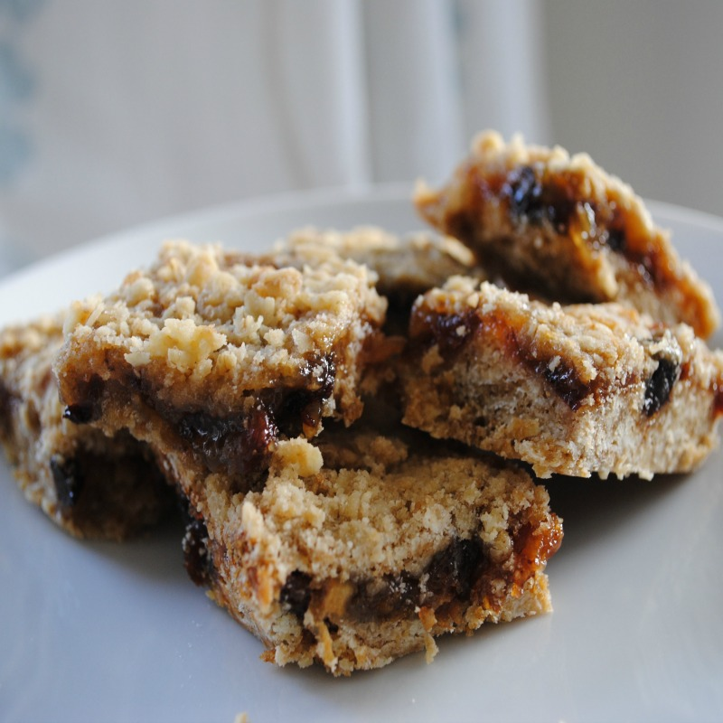 Fancy the flavour of mince pies without all the work of rolling pastry? Then my warmly spiced Mincemeat Oat Squares are for you! A delicious combination of two Christmas traditions - North American dessert squares and British mincemeat, they make a wonderful addition to any holiday cookie tray.